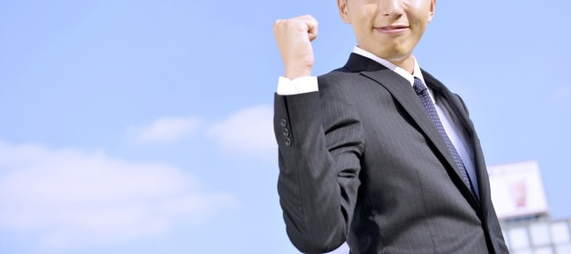 代行サービス-ガッツポーズをするビジネスマン