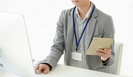 パソコンを操作している人物